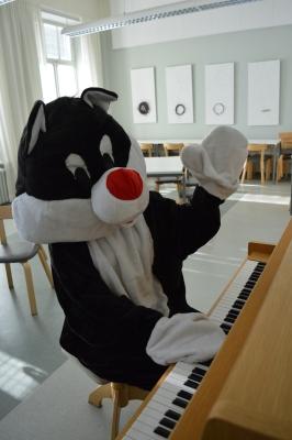 Mamma soittaa pianoa pysty (2)