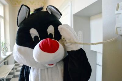 Mamma soittaa puhelimella vaaka (1)