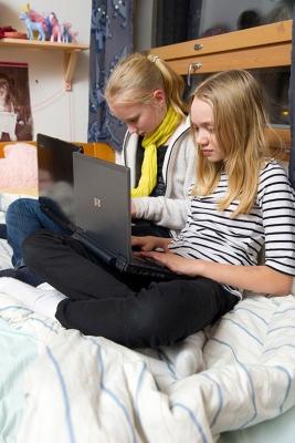 Tytöt tietokoneella